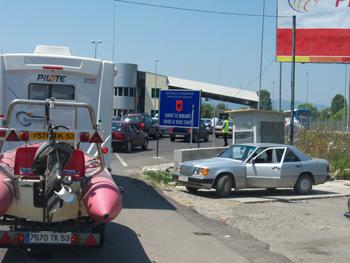 La frontière pour sortir de l Albanie : patience et longueur de temps ........