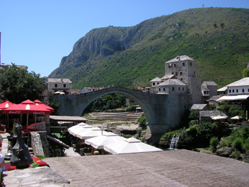 Le pont de  Mostar reconstruit a l identique