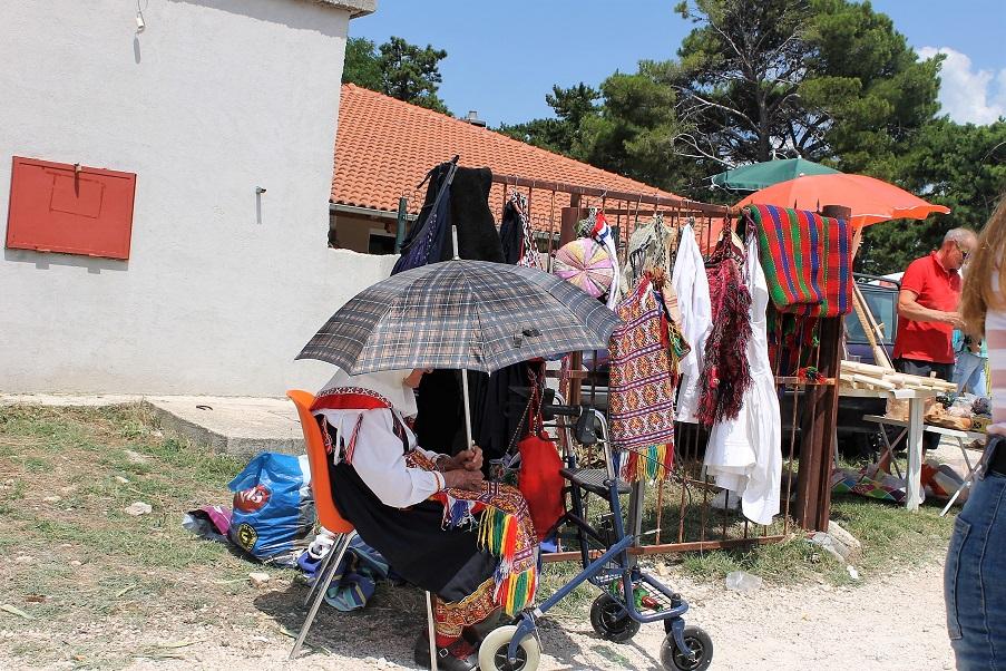 Une Croate en costume typique à l'entrée du marché.