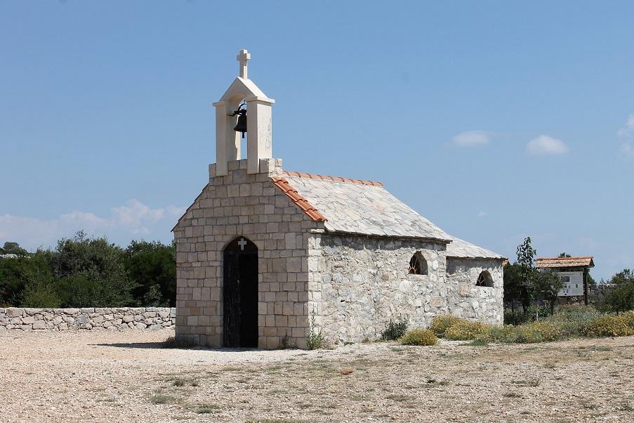 Cette chapelle se trouve à 305 m d'altitude. Elle a été construite en 1995 en mémoire d'une centaine de personnes de la commune de Polace, tuées à cet endroit durant la 2ème guerre mondiale.