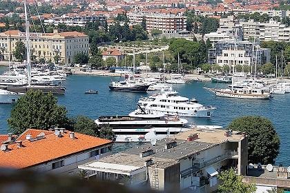 Une vue imprenable sur les yachts du port de plaisance.