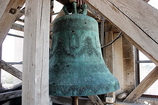 Impressionnante cloche en bronze dans le clocher