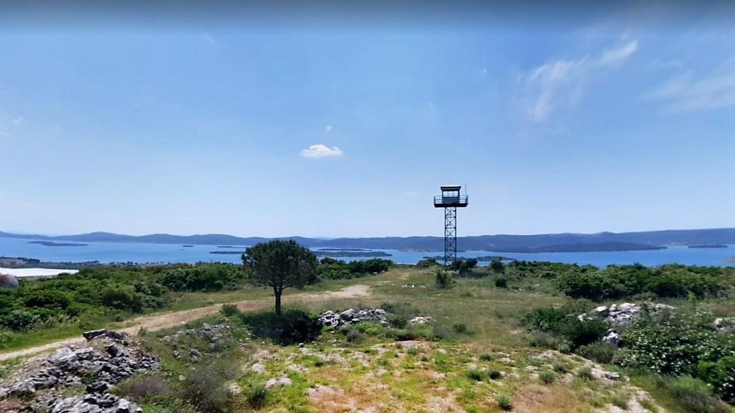 Derrière le camping, un pylone surplombe toute le secteur, quel point de vue pouvons nous avoir de cet endroit
